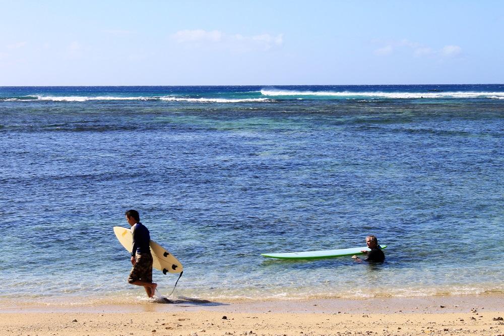 ala moana beach surfing